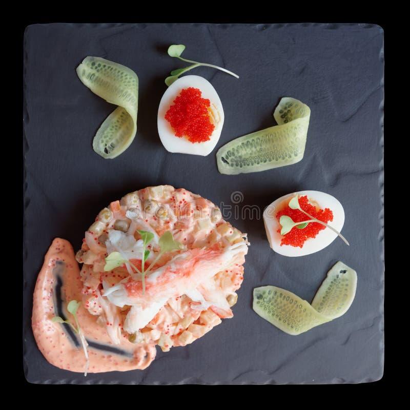 El aperitivo gastrónomo con las huevas y las verduras de los pescados del tobico aisló o imagen de archivo libre de regalías