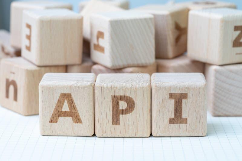 El API, concepto del interfaz de programación de uso, cubica el bloque de madera fotos de archivo libres de regalías