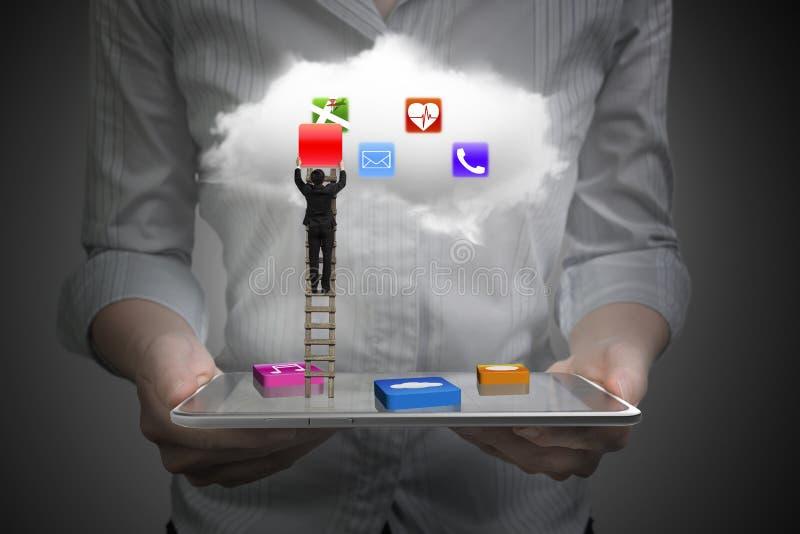 El App bloquea la tableta elegante con el ladd que sube de la nube y del hombre de negocios ilustración del vector