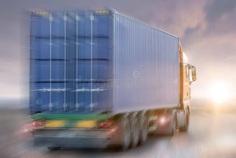 el apresurar del camión del envase imagenes de archivo