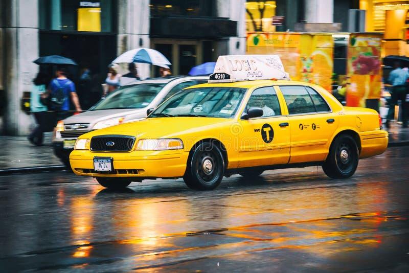 El apresurar del taxi imagenes de archivo