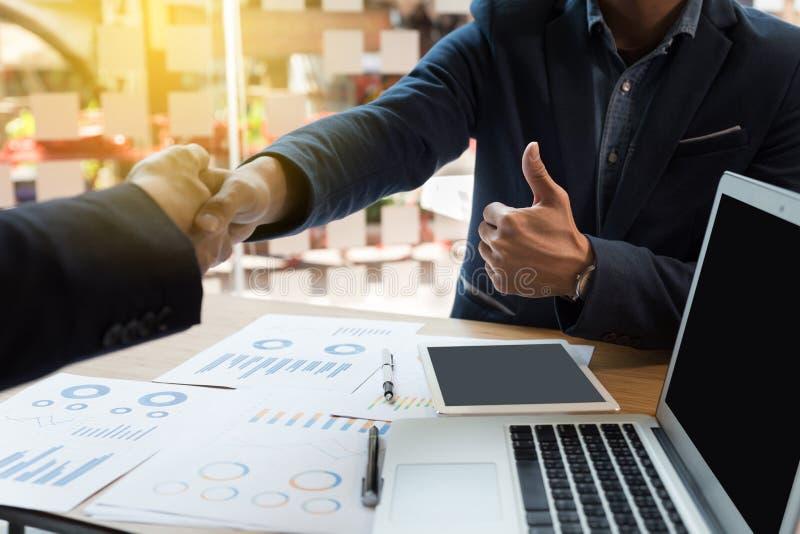 el apretón de manos del hombre de negocios y muestra un pulgar para arriba después de encontrar adentro apagado fotografía de archivo libre de regalías