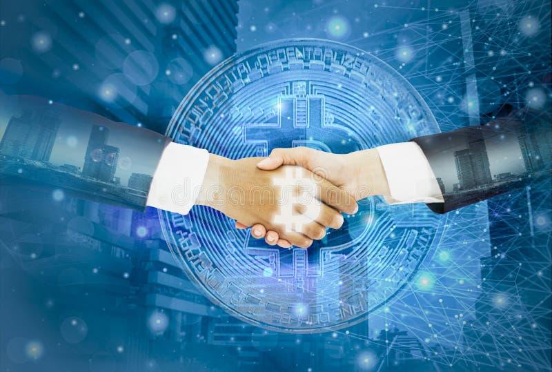 El apretón de manos doble del exposición-hombre de negocios con la empresaria acordada negocia el bitcoin comercial, paisaje urba foto de archivo