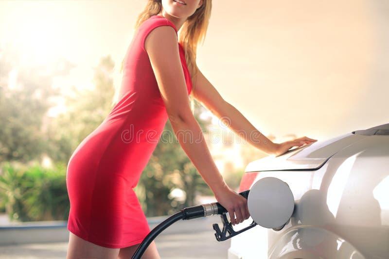 El aprovisionar de combustible es atractivo imagen de archivo libre de regalías