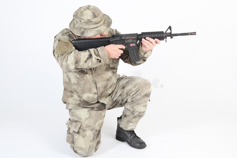 El apuntar del soldado fotografía de archivo libre de regalías