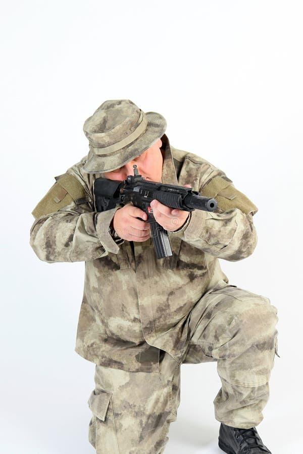 El apuntar del soldado fotografía de archivo