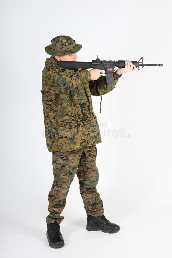 El apuntar del soldado fotos de archivo