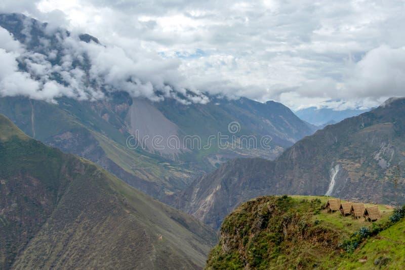 El Apurimac River Valley: Cuestas escarpadas verdes del barranco profundo con la vegetación enorme, el viaje de Choquequirao, Per fotografía de archivo libre de regalías