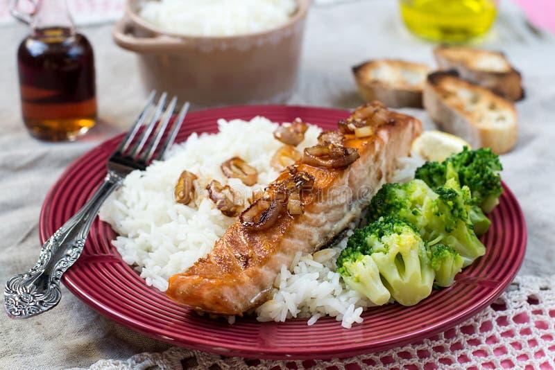 El arce esmaltó salmones con las cebollas y el arroz caramelizados imágenes de archivo libres de regalías