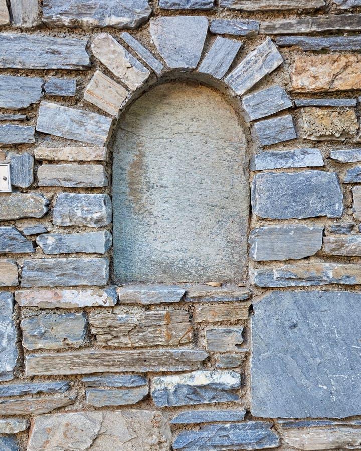 El arco adornó la pared de piedra foto de archivo libre de regalías