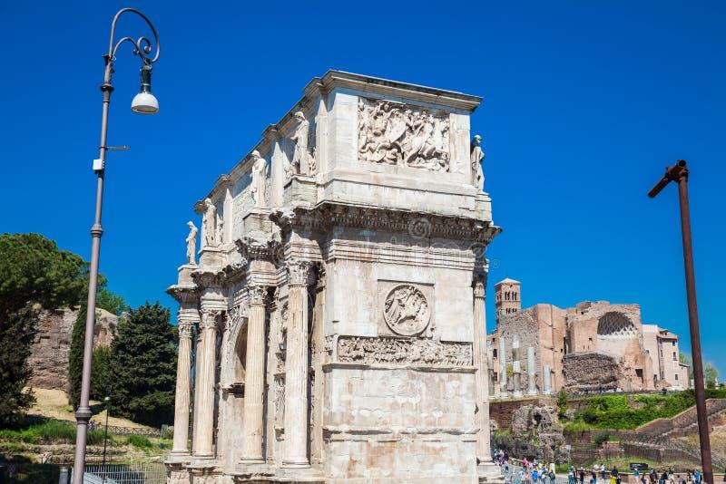 El arco de Constantina un arco triunfal en Roma, situado entre el Colosseum y la colina de Palatine fotografía de archivo libre de regalías