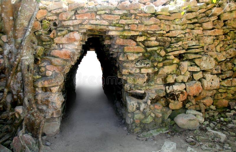 El arco de la cultura maya en Tulum arruina la entrada foto de archivo libre de regalías