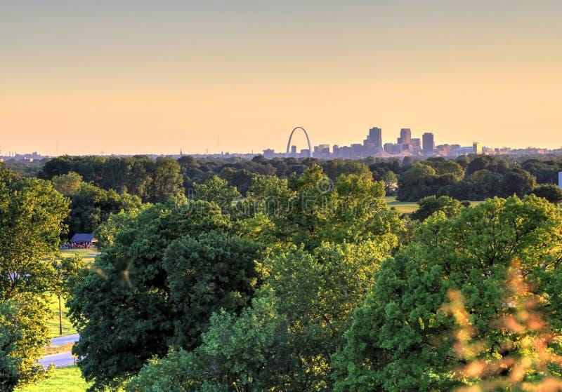 El arco de la entrada y el horizonte de St. Louis, Missouri foto de archivo