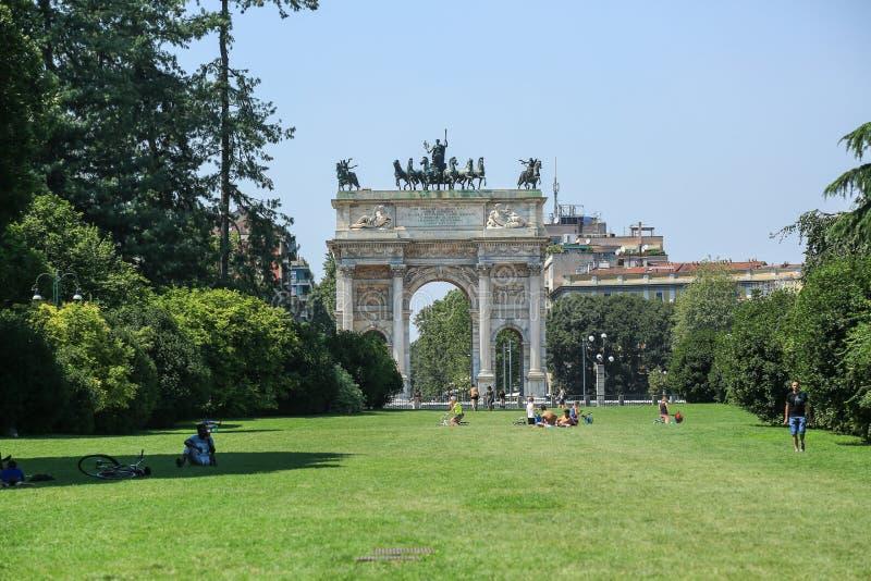 El arco de la paz en Milano imagenes de archivo