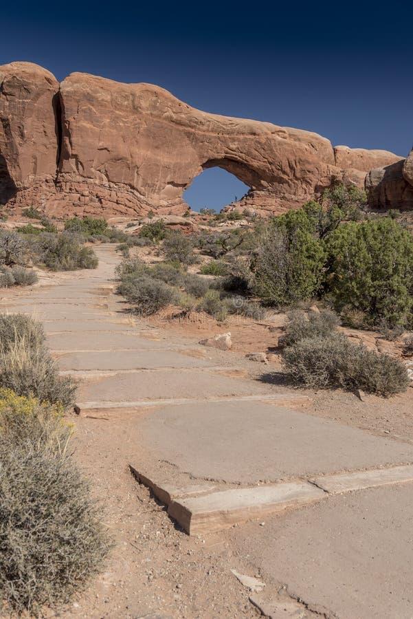El arco de la ventana y el cepillo del norte del desierto, arquea el parque nacional Moab Utah imágenes de archivo libres de regalías