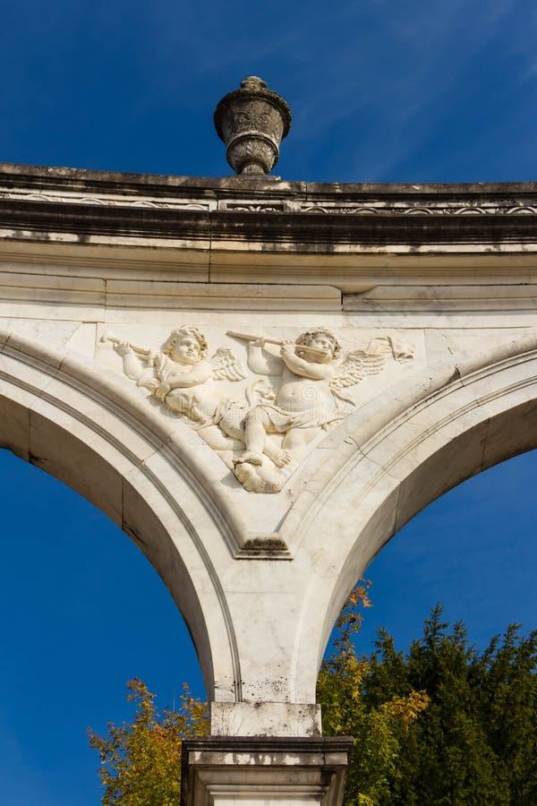 El arco del castillo de Versalles imagen de archivo libre de regalías