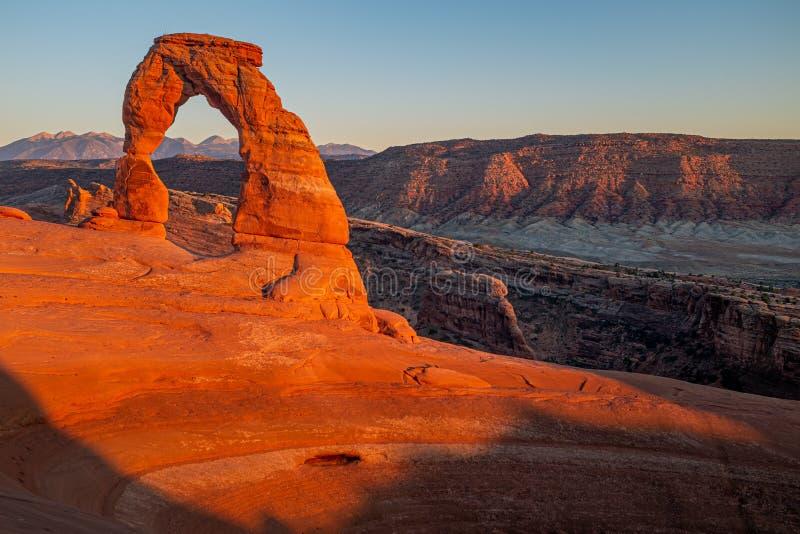 El arco delicado hermoso que brilla intensamente rojo en la puesta del sol en parque nacional de los arcos fotografía de archivo