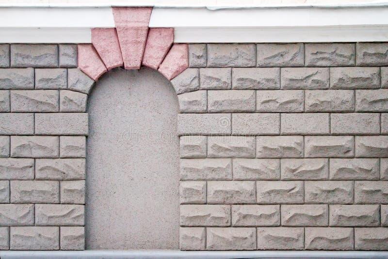 El arco en la pared de piedras grandes imagen de archivo libre de regalías