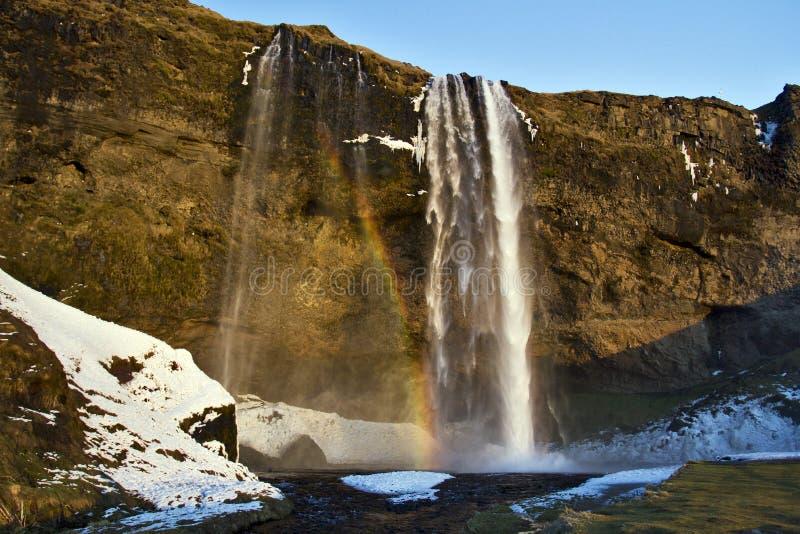 El arco iris cogió en la niebla y la luz de la tarde, cascada de Seljalandsfoss, Islandia fotos de archivo libres de regalías