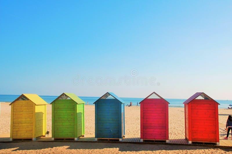 El arco iris se coloca en la playa fotografía de archivo