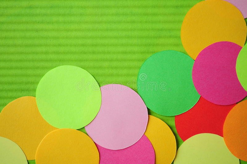 El arco iris simple circunda el recorte de papel. foto de archivo libre de regalías