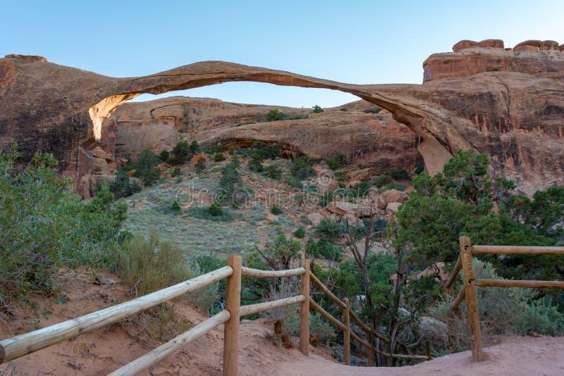 El Arco Paisajista es el más largo de los muchos arcos de roca naturales ubicados en el Parque Nacional Arches, Utah, Estados Uni imagen de archivo libre de regalías