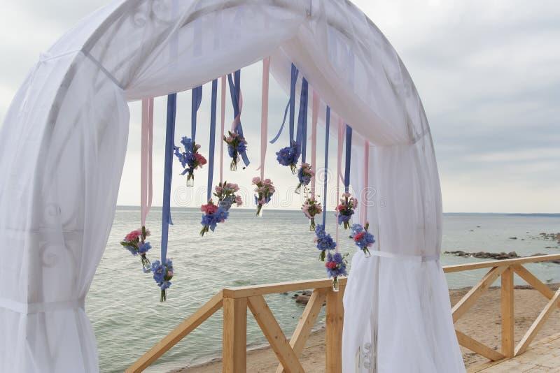 El arco para el registro in situ se adorna con las flores y el paño blanco imagen de archivo