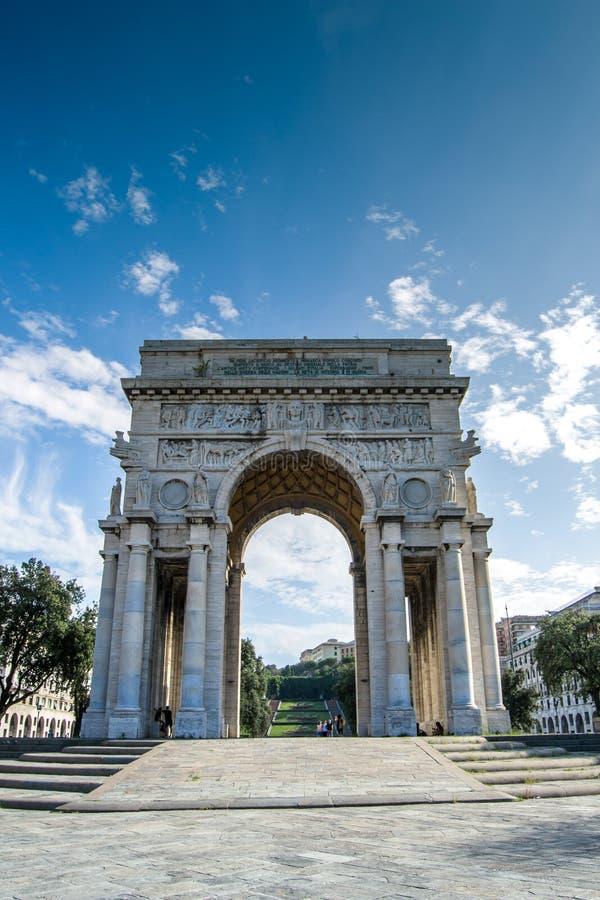 El arco rico adornado del supuesto cuadrado de Victoria en la ciudad de Génova, Italia imagen de archivo