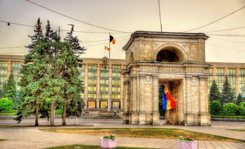 El arco triunfal y el edificio del gobierno en Chisinau - Mol imagen de archivo libre de regalías