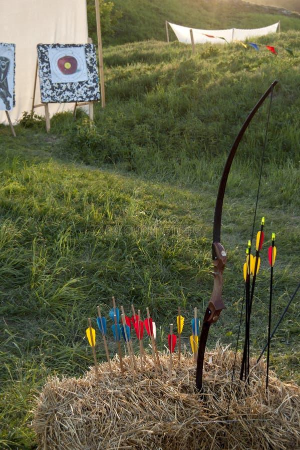 El arco y las flechas, la paja imagenes de archivo