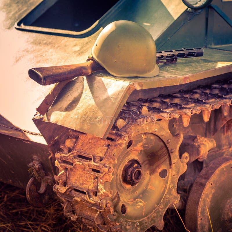 El arma automático PPSh y el casco militar del soldado soviético mienten en la armadura del tanque como ejemplo del durin que luc foto de archivo libre de regalías