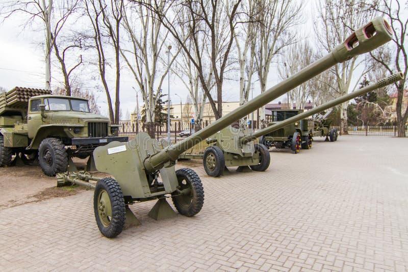 El arma divisional D-44 de 85 milímetros es un arma soviético de la artillería imagenes de archivo