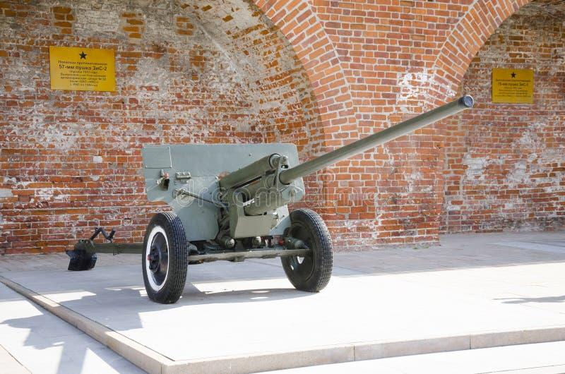 El arma divisional 1942 de 57 milímetros en la exhibición en la exposición del equipo militar de épocas de la Segunda Guerra Mund fotografía de archivo