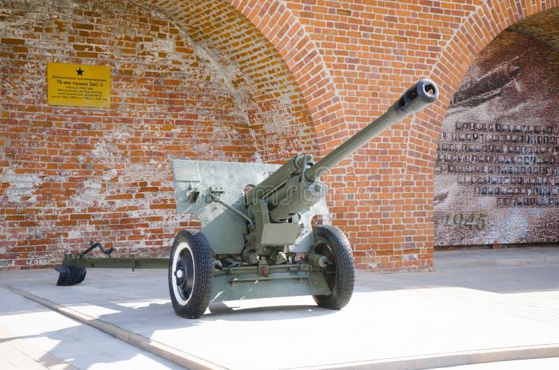 El arma divisional 1942 de 76 milímetros en la exhibición en la exposición del equipo militar de épocas de la Segunda Guerra Mund fotografía de archivo libre de regalías