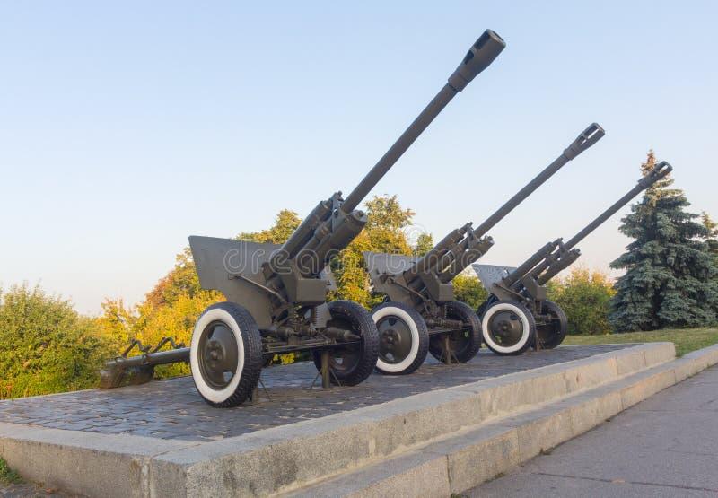 El arma divisional M1942 (ZiS-3) de 76 milímetros en el monumento imágenes de archivo libres de regalías