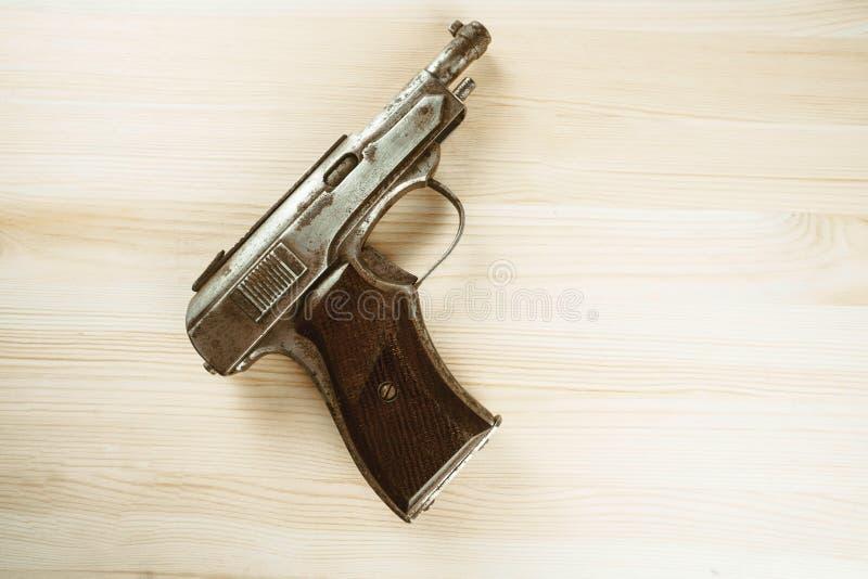 El arma está en la tabla foto de archivo libre de regalías