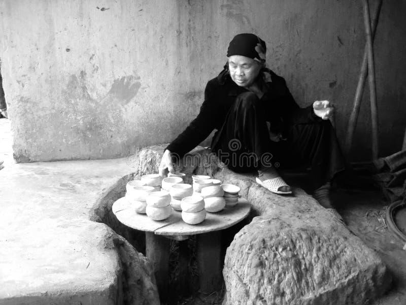 El arqueólogo hace la excavación Chu Dau de cerámica fotografía de archivo