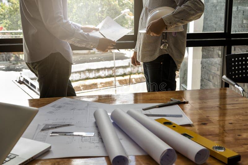 El arquitecto discute con el ingeniero sobre proyecto imágenes de archivo libres de regalías