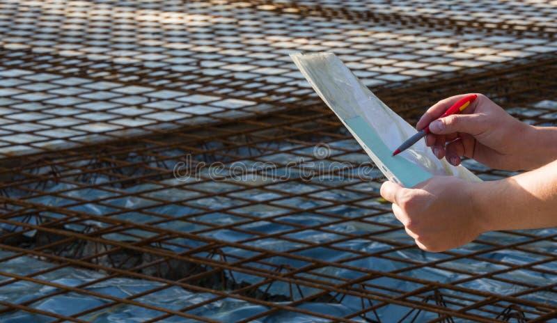 El arquitecto guarda los papeles con el proyecto y los mira fotos de archivo