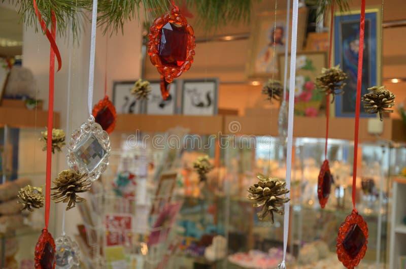 El arreglo de conos y de la joyería para la Navidad imagenes de archivo