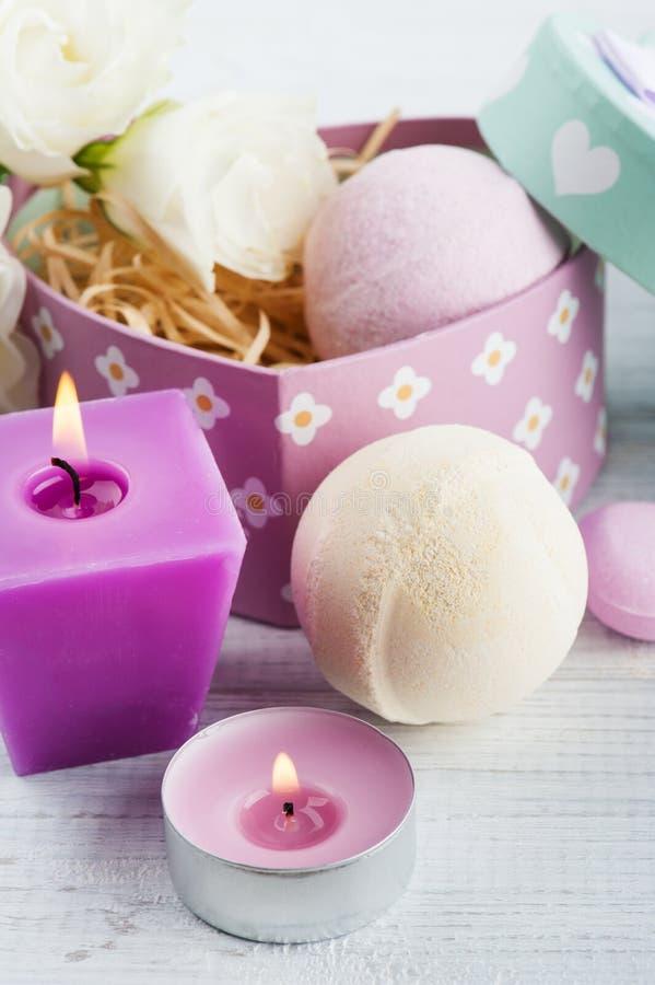 El arreglo del eustoma florece en el pote, caja de regalo en colores pastel foto de archivo