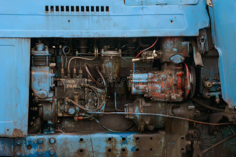 El arreglo interno de la máquina sucia vieja imagenes de archivo