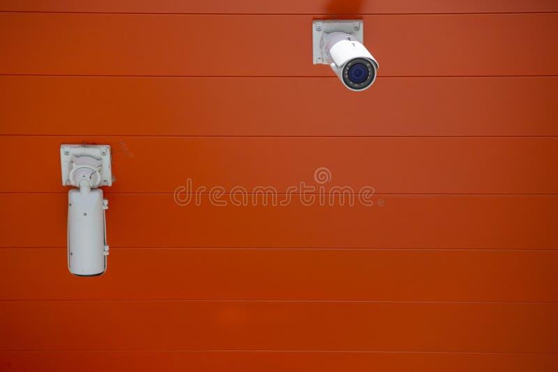 El arreglo moderno de la c?mara de seguridad en el muro de cemento interior limit? la profundidad del campo fotos de archivo