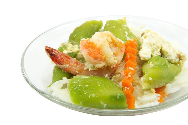 El arroz con el calabacín y el camarón frió con la trayectoria en el backgrou blanco imágenes de archivo libres de regalías