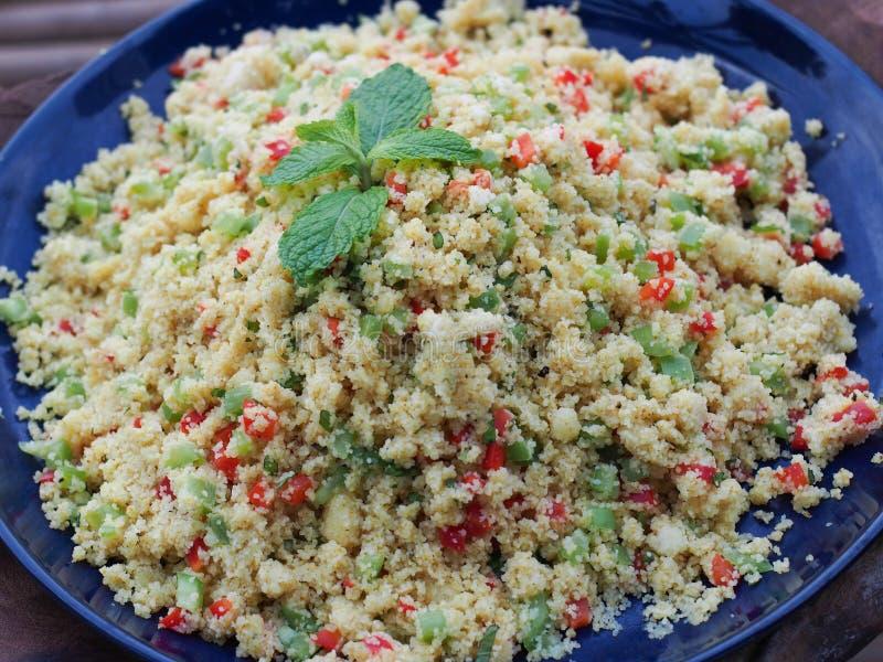 El arroz del Risotto cocinó estilo asiático en la placa azul foto de archivo libre de regalías