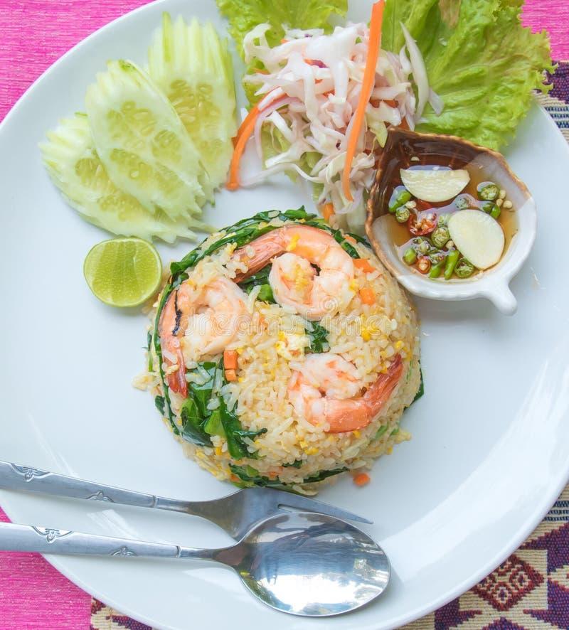 El arroz frito con servicio determinado del camarón con la salsa de pescados se mezcló con rojo imagenes de archivo