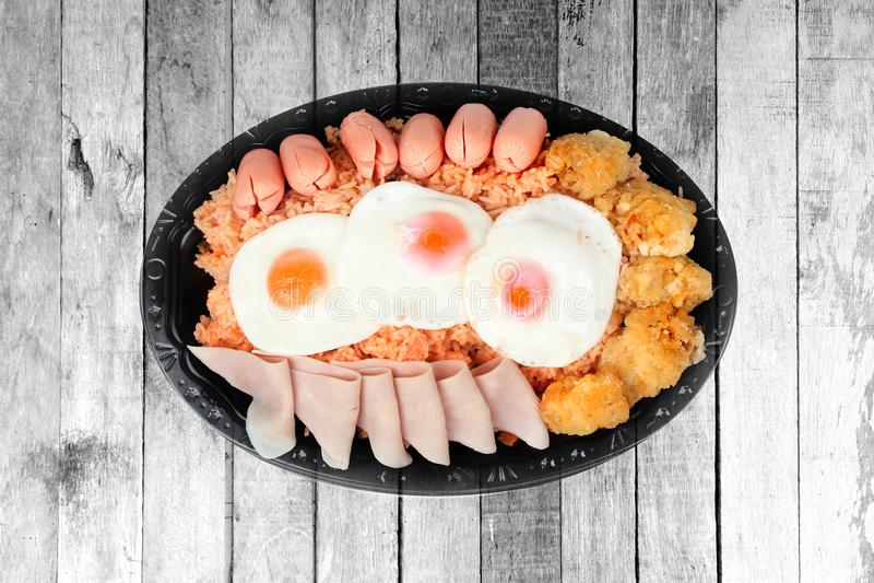 El arroz frito del americano remató ascendente soleado, salchicha pollo e hierbas imagenes de archivo