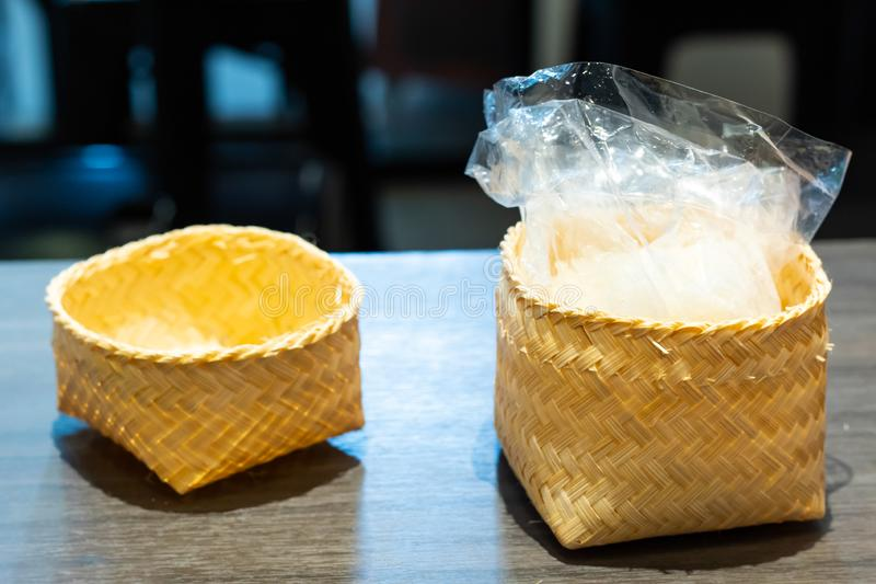 El arroz pegajoso en una armadura de cesta de bambú fotos de archivo