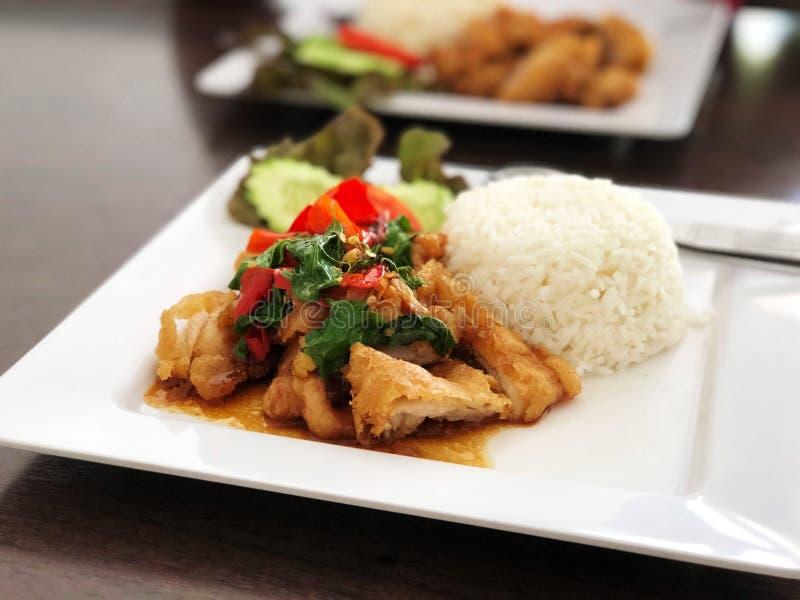 El arroz remató con el pollo y albahaca y verdura sofritos fotos de archivo