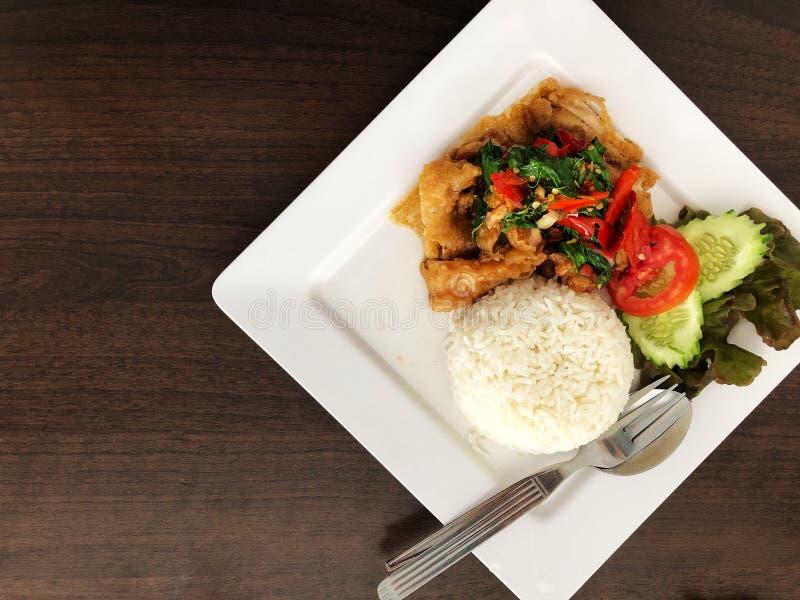 El arroz remató con el pollo y albahaca y verdura sofritos imagenes de archivo